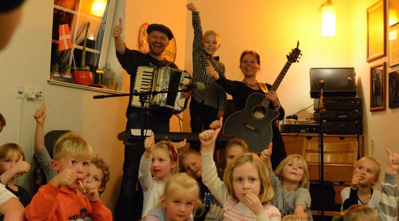 RimRaketten spiller musik for børn til børnefødselsdage, klassefester, kulturevents.