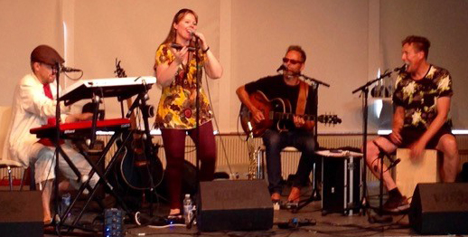 RimRaketten spiller musik for børn som børn selv har skrevet. Medvirkende: June Beltoft, sang - Thomas Thor, keyboards - Steen Kyed, guitar - Anders Pedersen, percussion